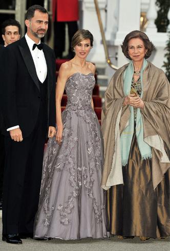 Фото №30 - 15 примеров, когда королевские особы надевали одно и то же вечернее платье несколько раз