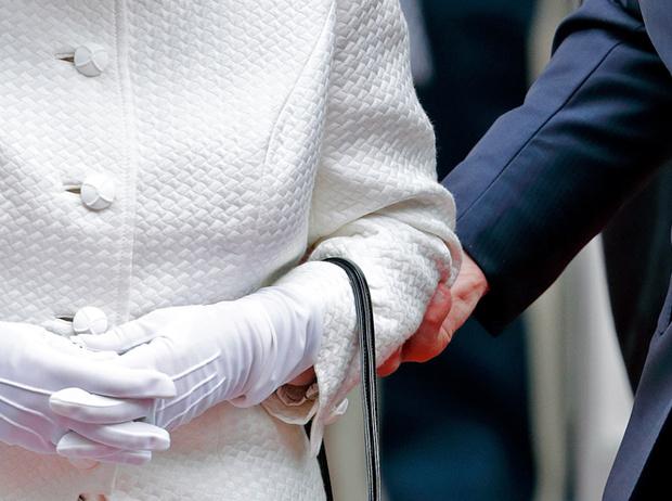 Фото №13 - Как отличить Королеву: каблук 5 см, сумка Launer, яркое пальто и никаких брюк
