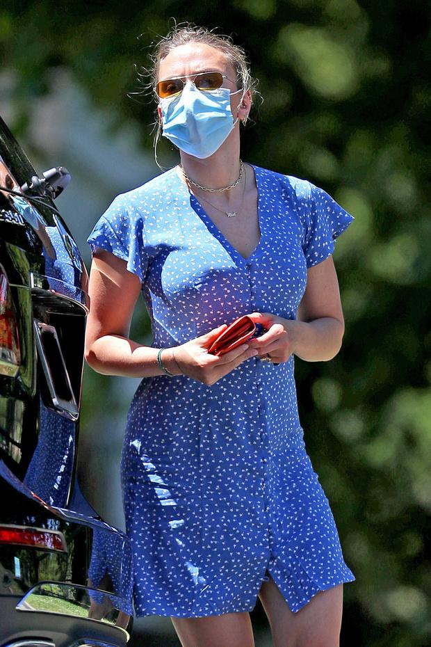 Фото №3 - Редкий летний выход Скарлетт Йоханссон, или Почему в любой странной ситуации блондинки носят голубой