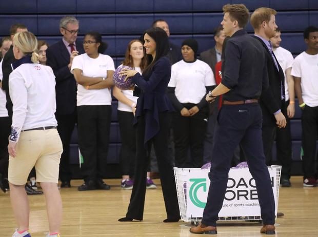 Фото №2 - Спорт на шпильках: герцогиня Меган слишком элегантна?