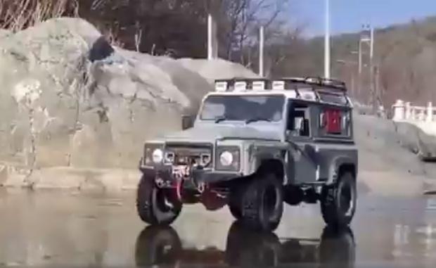 Фото №1 - Видео, вводящее в заблуждение: джип едет по льду и проваливается