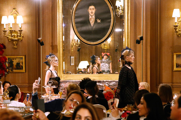 Фото №1 - Показ Chanel Métiers d'Art: возвращение эпохи женственности