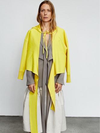 Фото №1 - Лимонный желтый: как носить новый трендовый цвет этой осени