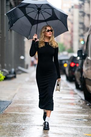 Фото №3 - Любимый микротренд + платье, подчеркивающее женственные изгибы: безупречный образ беременной Эльзы Хоск