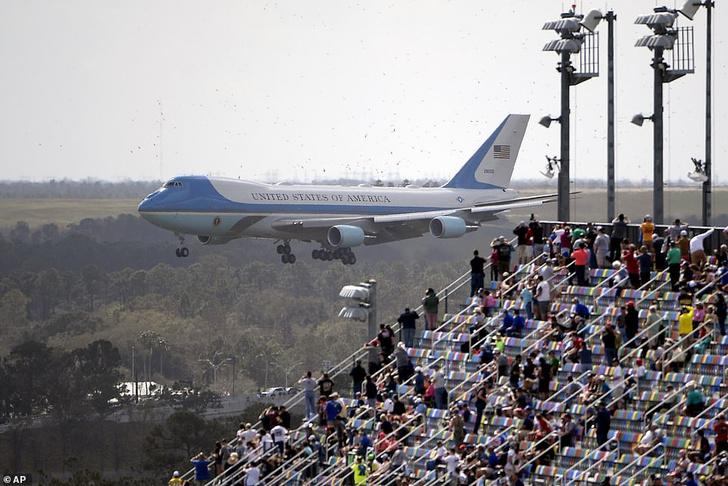 Фото №2 - Дональд Трамп на лимузине открыл гонки Nascar и устроил шоу на президентском самолете (видео)