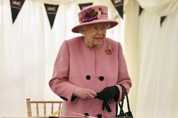 Фото №1 - Стильный наряд и любимый внук рядом: как прошел первый выход Королевы после карантина