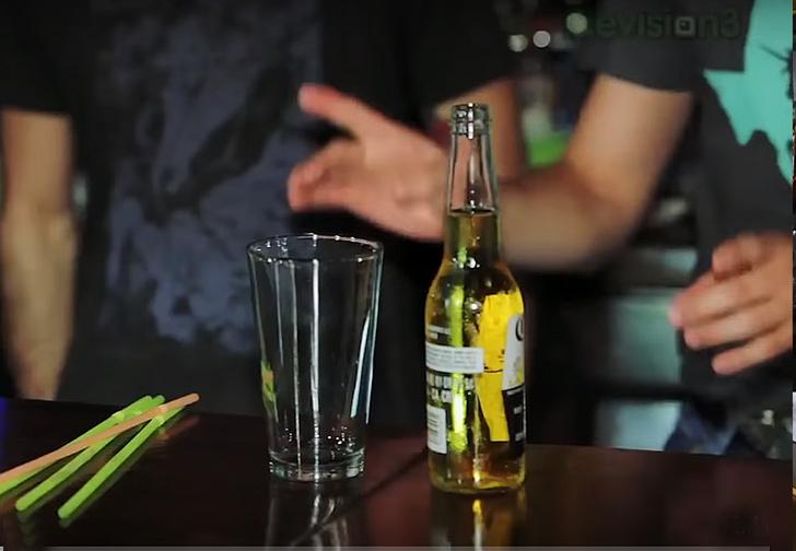 Фото №1 - Фокус: как перелить пиво из бутылки в стакан через соломинку