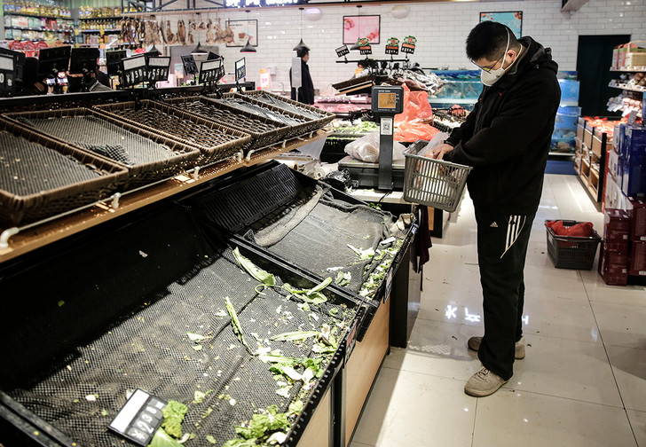 Фото №1 - Треть россиян на карантине начали экономить на еде и больше 70% опрошенных стали наконец готовить дома