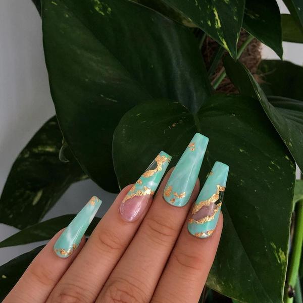 Фото №1 - Золото на ногтях: самый стильный бьюти-тренд из Инстаграма ✨