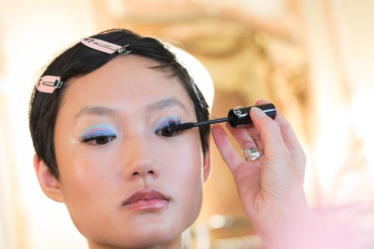 Фото №1 - Двухцветный макияж глаз— крутой тренд с подиума, который стоит попробовать прямо сейчас