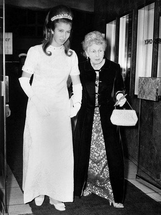 Фото №2 - Нарушая протокол: почему принцесса Анна могла носить тиару до свадьбы (а другие королевские особы— нет)