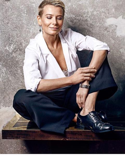 Фото №4 - «У меня было черное платье, а черных туфель не было»: Юлия Высоцкая о первом свидании с Кончаловским, любимой одежде и модных компромиссах