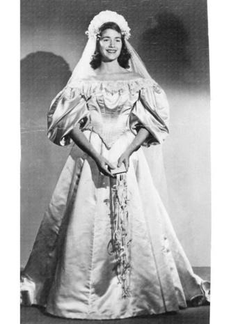 Фото №8 - Кружева истории: самые старые свадебные платья в мире