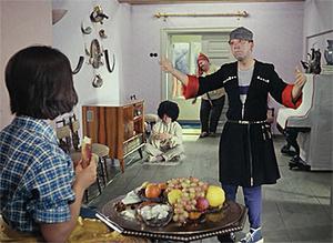Фото №11 - Сколько сцен сейчас можно вырезать из любой киноклассики: на примере «Кавказской пленницы»