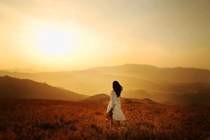 Женщина на прогулке в полях