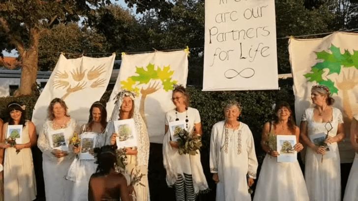 Фото №2 - Когда муж— бревно: в Англии девушки массово выходят замуж за деревья