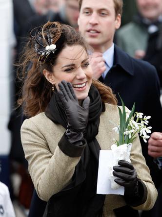 Фото №15 - До свадьбы и стилиста: какими были официальные выходы Кейт в статусе подруги принца