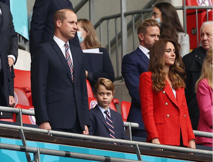 Принц Уильям, Кейт Миддлтон и Джордж на футбольном матче