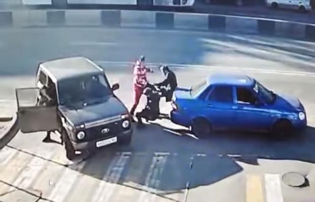 Фото №1 - Мужик одним ударом уложил двух оппонентов во время дорожных разборок в Ростове-на-Дону (видео)