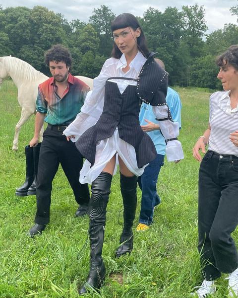 Фото №2 - Белла Хадид продемонстрировала самый необычный корсет в новой фотосессии 😍