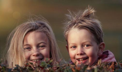 Фото №1 - Подслушано детьми. Как взрослые разговоры влияют на мнение ребенка, выяснили исследователи