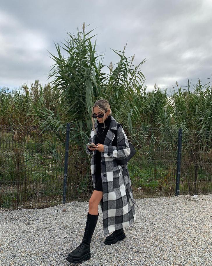 Фото №2 - Высокие сапоги на шнуровке + пальто в клетку: лаконичный образ стилиста Софии Коэльо