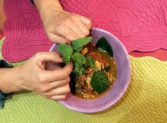 Фото №1 - Белая рыба в пряном соусе с листьями каффир-лайма и свежей мятой