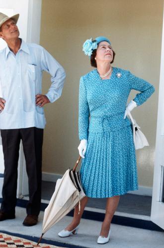 Фото №4 - Зачем Елизавете II столько одинаковых сумок Launer?