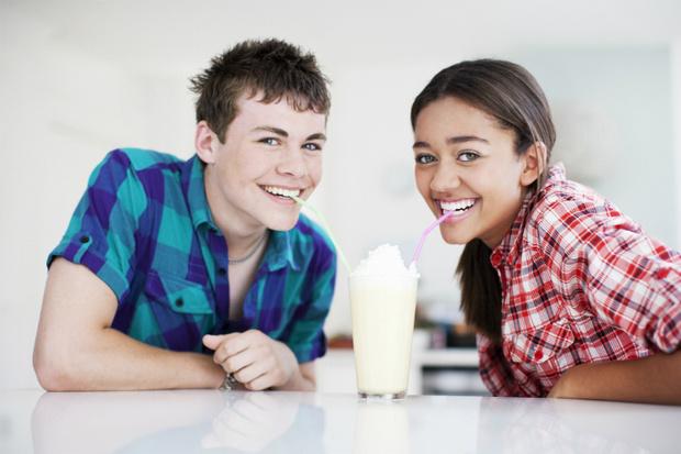 Фото №1 - Вопрос дня: Предложил встречаться парень, которого ты едва знаешь. Как поступить?
