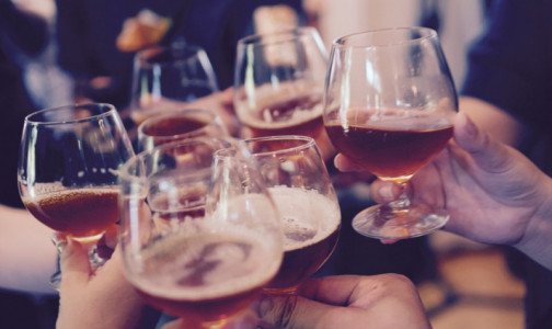 Фото №1 - Врачи объяснили, как распознать алкоголизм на ранней стадии: неочевидные признаки