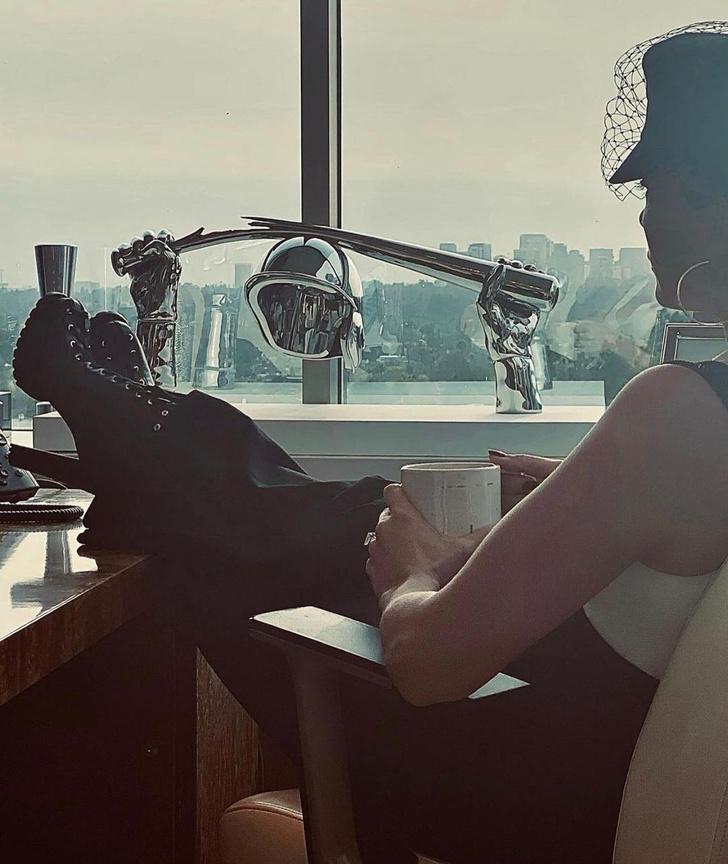 Фото №3 - Как сочетать подтяжки, кепку и грубые ботинки: показывает Дженнифер Лопес
