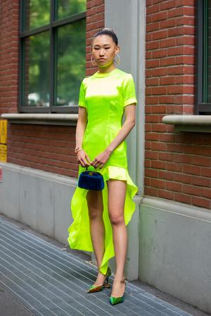 Фото №10 - В офис и на свидание: как носить модные неоновые оттенки