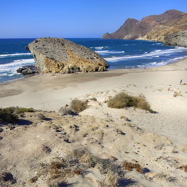 Фото №2 - Почти необитаем: 7 пляжей для любителей уединенного отдыха