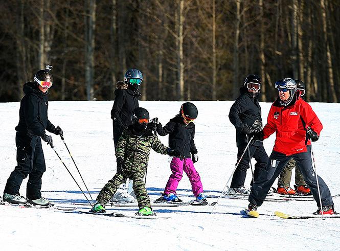 Фото №2 - Лыжню: Анджелина Джоли проводит выходные на горнолыжном курорте
