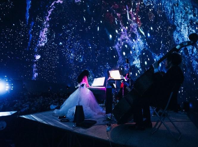 Фото №1 - Классика в темноте: шоу-концерт в иммерсивном формате