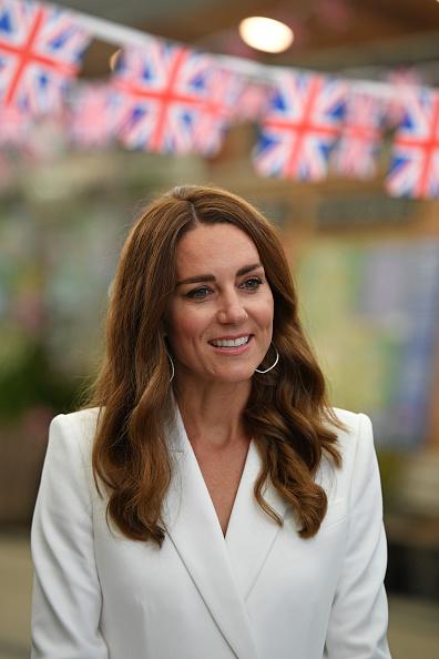 Фото №3 - Королевская лилия: Кейт Миддлтон в белоснежном платье-блейзере