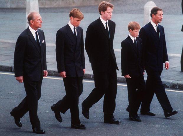 Фото №3 - Хватит ныть, идите работать: как принц Гарри и другие члены королевской семьи разочаровывают британцев