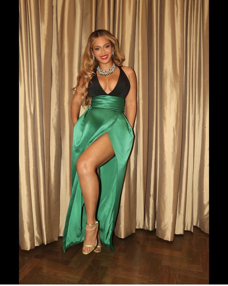 Фото №3 - Бейонсе «взорвала» интернет изумрудным платьем с высоким разрезом
