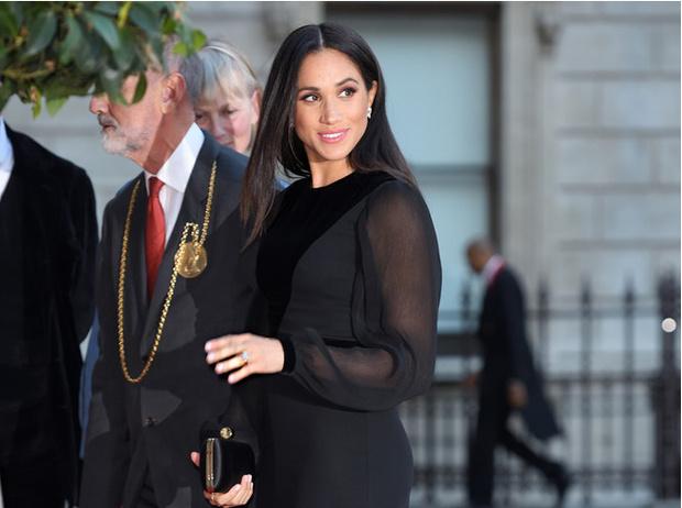 Фото №1 - Как герцогиня Меган меняет монархию одним жестом