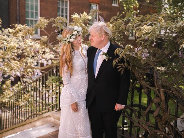 Фото №2 - Без фаты и шлейфа: в чем выходила замуж новая Первая леди Британии