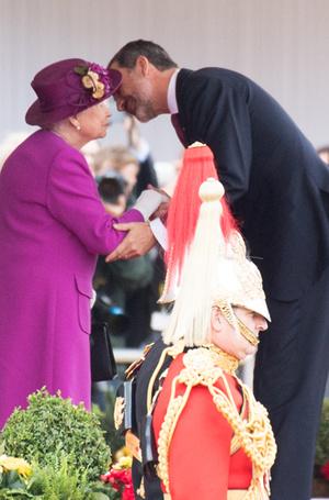 Фото №28 - Искусство реверанса: как современные принцессы и королевы приветствуют друг друга