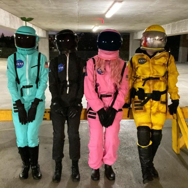 Фото №15 - Among Us: 20 фантастических костюмов на Хэллоуин для космонавтов и предателей