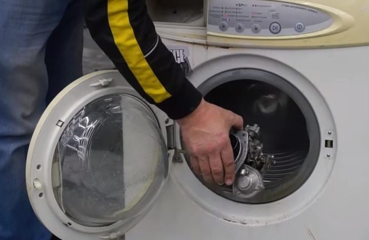 Фото №1 - Постирать карбюратор в стиральной машинке: Русские мужики устроили новое испытание (видео)