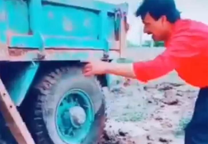 Фото №1 - Мужик вытащил застрявший в яме грузовик с помощью инженерной смекалки (видео)