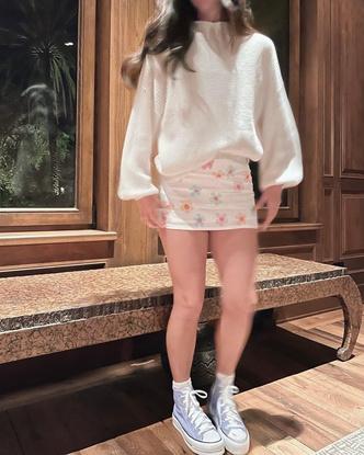 Фото №2 - Чарли Дамелио показала стильный лук с мини-юбкой в цветочек 🌸