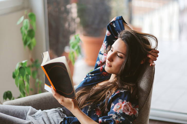 Фото №1 - Что происходит с телом (и с отношениями), когда вы читаете?