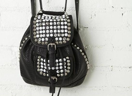 Фото №1 - Модный тренд: шипованные сумки