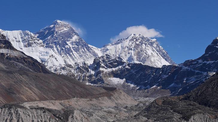 Фото №1 - На вершине Эвереста обнаружили микропластик