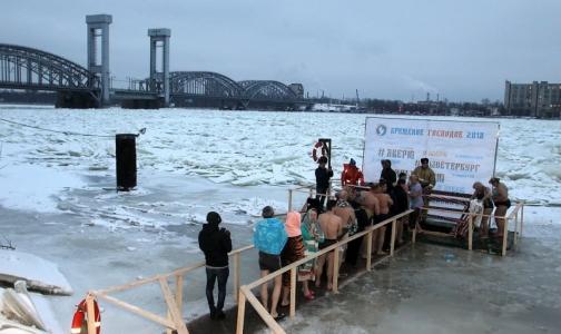 Фото №1 - Эксперты рассказали, как окунуться в купель, не рискуя стать жертвой крещенского мороза
