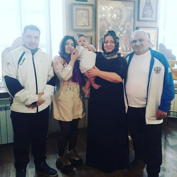Это моя семья: папа, мама, сестра, брат и мой сын Макс на его крещении